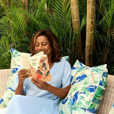 Glória está estudando livros de Paulo Niemeyer Filho, neurocirurgião responsável por seu tratamento - Reprodução/Instagram/@gloriamariareal