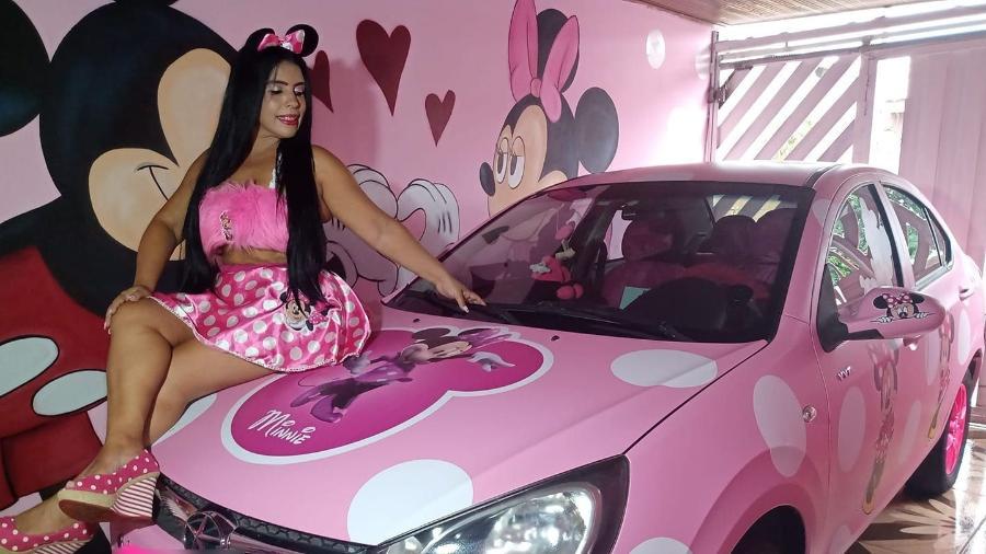 Cleonice da Silva, a Minnie Rosa Humana, posa com seu JAC envelopado e caracterizado em alusão à personagem da Disney - Arquivo pessoal