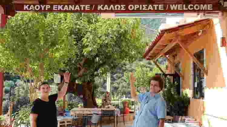 Placas em tsakoniano e grego moderno dão as boas-vindas aos visitantes no vilarejo de Pera Melana - Angela Dansby - Angela Dansby