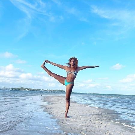 Sheron Menezzes pratica yoga na praia e é elogiada - Reprodução/Instagram