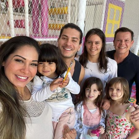Mayra Cardi posa com ex-maridos e filhos - Reprodução/Instagram