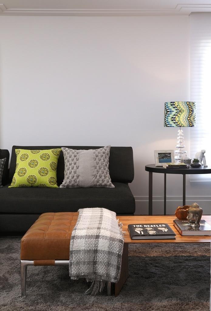 As mantas são sempre bem vindas quando o frio chega: neste projeto do escritório In House Designers de Interiores, além das almofadas, o exemplar de lã aquece o ambiente e complementa a decoração