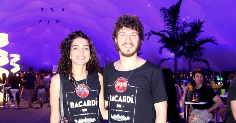 19.set.2015 - O casal Caio Paduan Julia Konrad aguardam o show do Metallica
