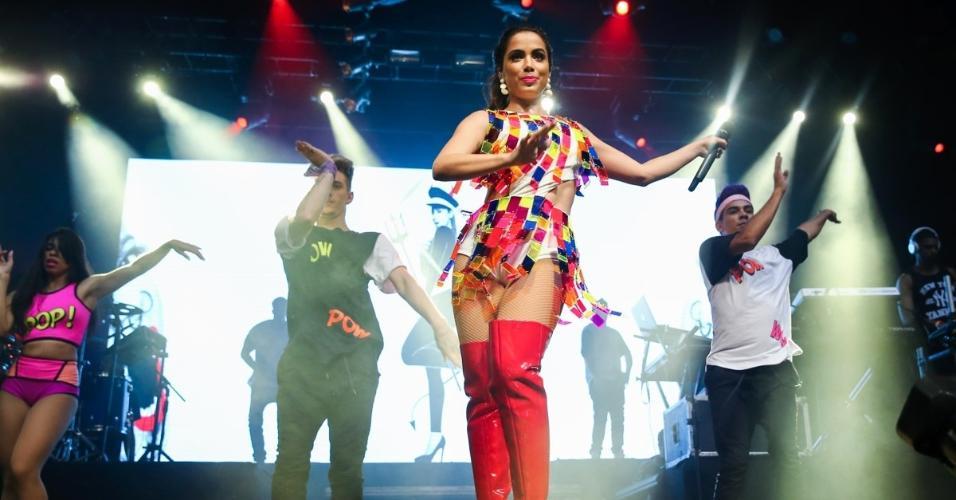 12.out.2015 - Em fase mais pop, Anitta apresenta seu