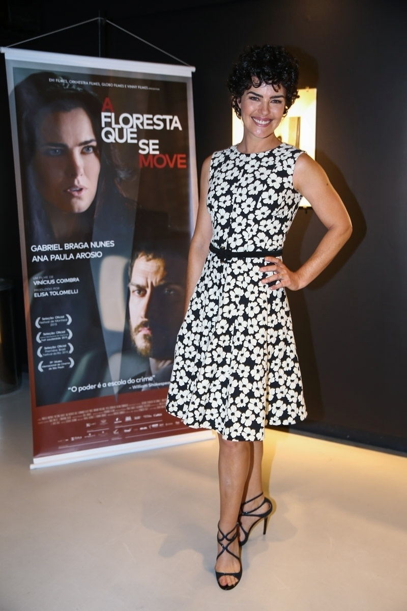 27.out.2015 - Ana Paula Arósio posa sorridente ao apresentar seu novo filme,