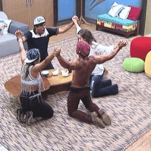 3.dez.2015 - Equipe Serrote comemorou a vitória de Douglas como os quatro finalista - Reprodução/Record