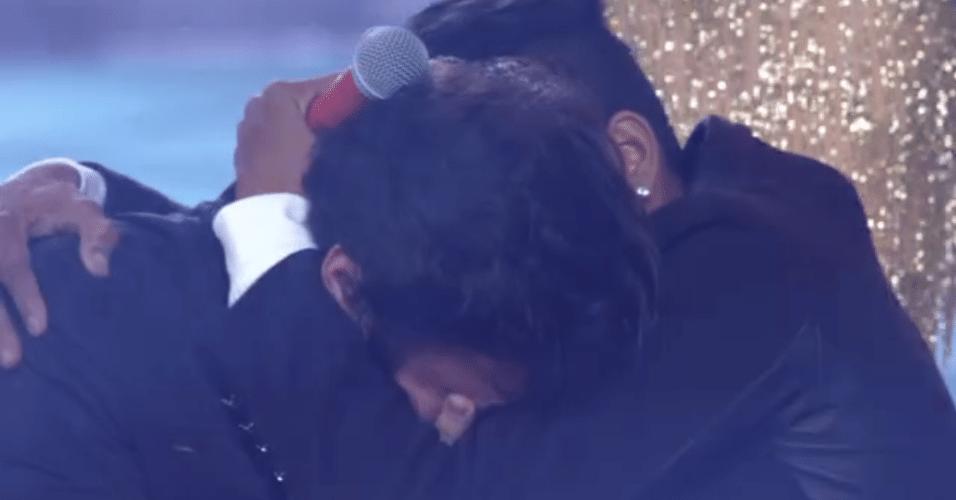 26.dez.2015 - Após o anúncio, Vianna é abraçado por Junior Lord, um dos cantores que concorriam ao prêmio de R$ 500 mil. Os dois se conheceram e se tornaram amigos durante a competição musical da Globo.