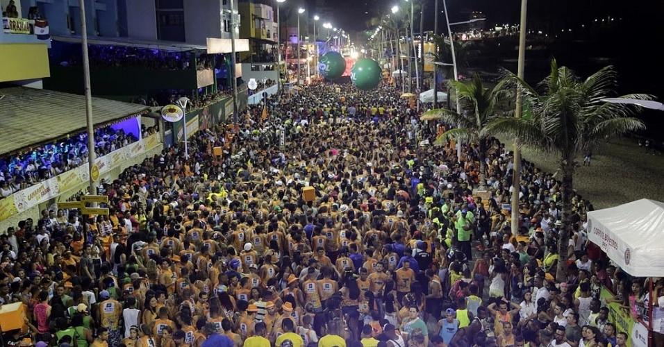 05.fev.2016 - Multidão curte o Aviões do Forró durante o Carnaval de Salvador.