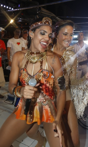 """9.fev.2016 - Claudia Leitte dança com Tays Reis, vocalista da banda Vingadora, dona de um dos maiores hits do ano, """"Metralhadora"""""""