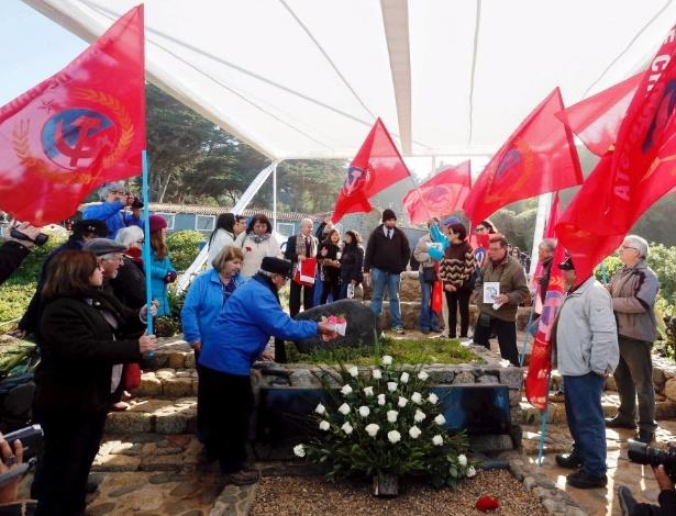 26.abr.2016 - Membros do partido comunista chileno acompanham enterro de Neruda - Rodrigo Garrido/Reuters