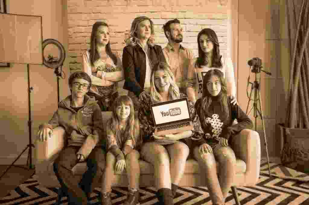 """Pioneira da família Santina no YouTube, Niina Secrets ressalta a importância do apoio da família desde o início, há seis anos. """"Eles nunca pensaram que o que eu fazia era uma bobeirinha"""". Hoje ela se orgulha ao ver a família toda criando conteúdo para a internet - Simon Plestenjak/UOL"""