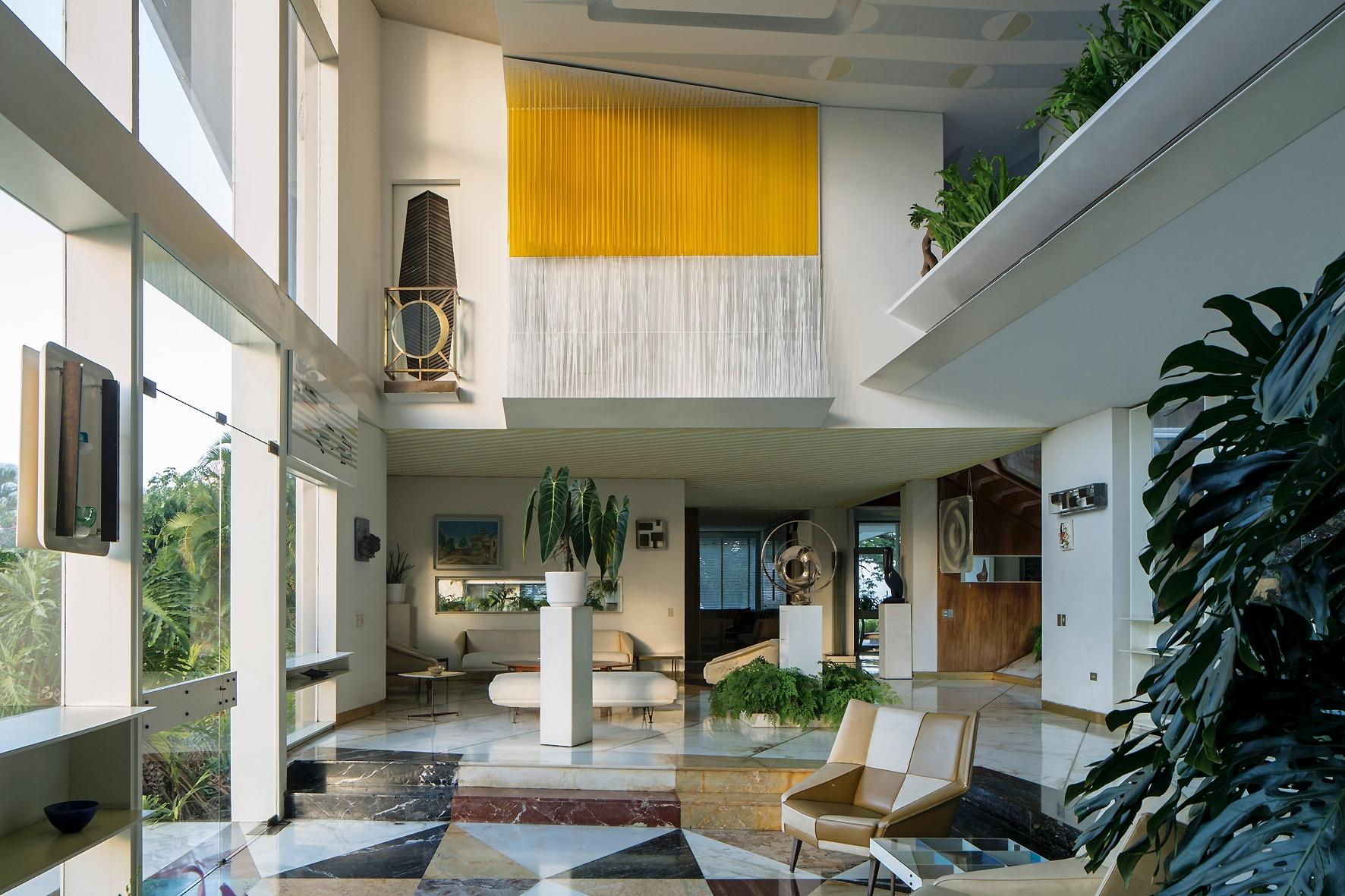 O pé-direito duplo dá monumentalidade à Villa Planchart que, embora tenha sido projetada para ser a morada de um casal, lembra muito uma galeria de arte. A casa, erguida nos anos 1950, é uma das joias arquitetônicas da capital venezuelana e foi projetada pelo italiano Gio Ponti