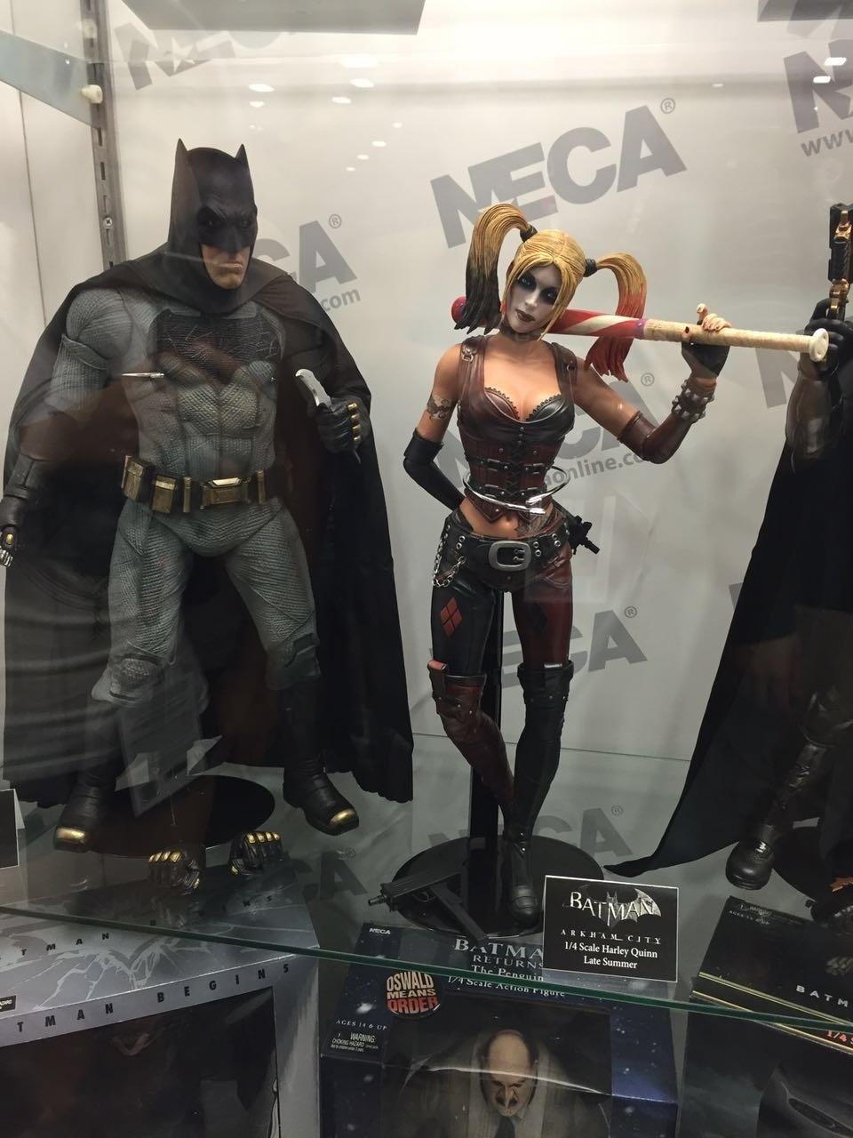 Bonecos de Batman e Arlequina do game