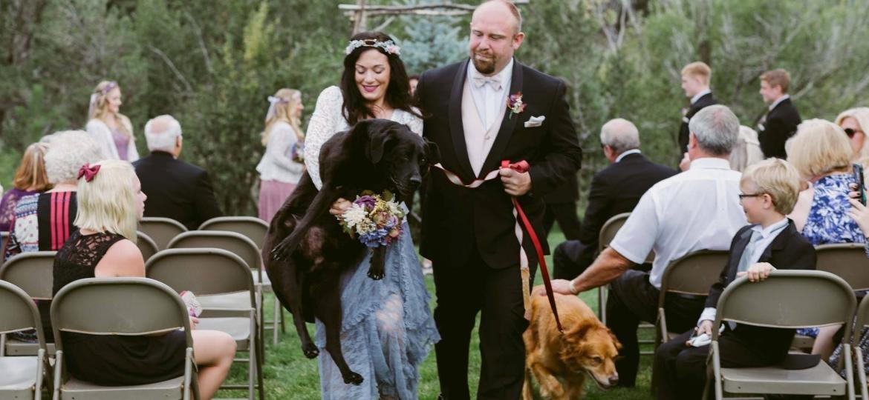 A irmã da noiva carregou o cachorro Charlie, que já não conseguia andar - Jen Dz Photography