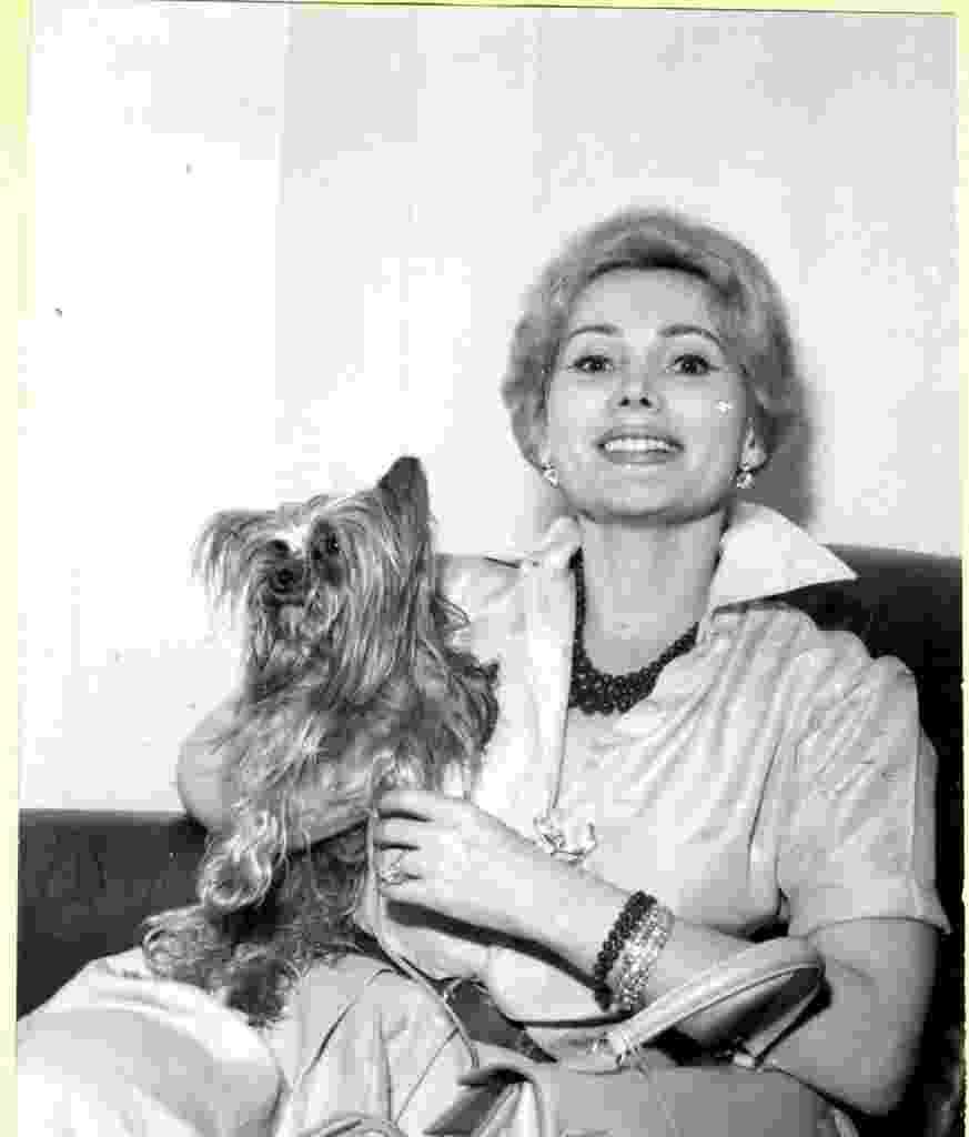 A atriz norte-americana Zsa Zsa Gabor com seu cachorrinho em março de 1960 - Folhapress