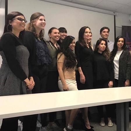 Angelina Jolie posa com alunos da London School of Economics - Reprodução/Twitter