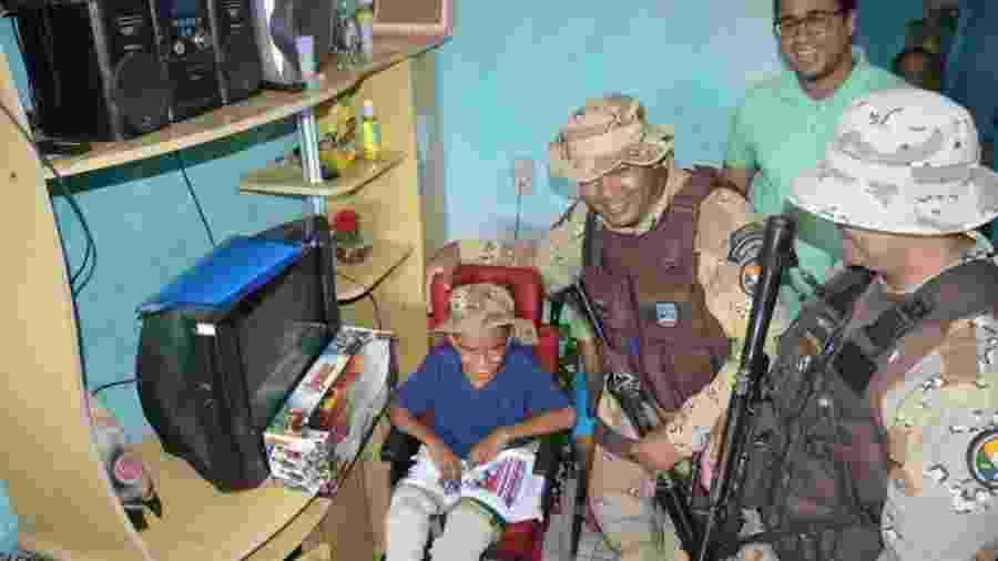 O pequeno Raí com os policiais da Cipe - Divulgação/ SSP