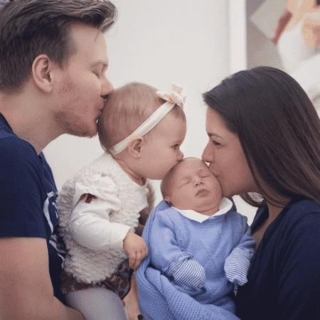 Thais Fersoza e Michel Teló com os filhos, Melinda e Teodoro - Reprodução/Instagram @tatafersoza