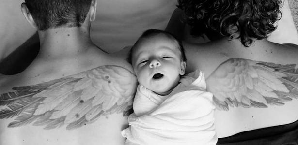 Pais Fazem Homenagem A Filho Morto Com Tatuagem E Filha Recém