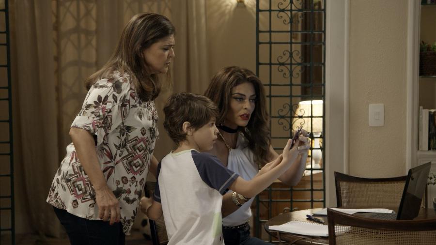 """Aurora (Elizângela), Bibi (Juliana Paes) e Dedé (João Bravo) em """"A Força do Querer"""" - Reprodução/GShow"""