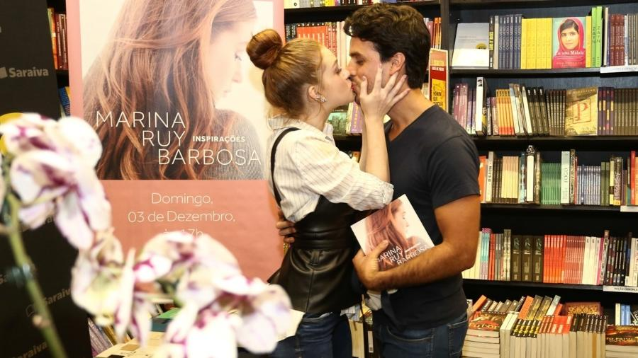 """Marina Ruy Barbosa beija o marido, Xandinho Negrão, no lançamento de seu livro, """"Inspirações"""" - Manuela Scarpa/Brazil News"""