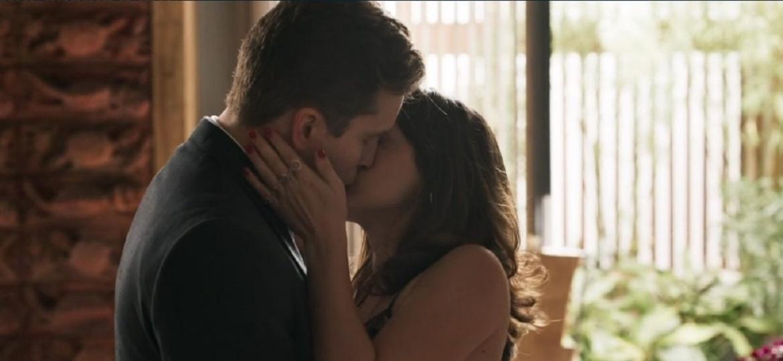 """Clara e Patrick se beijam pela 1ª vez em """"Outro Lado"""", e público se emociona - Reprodução/TV Globo"""