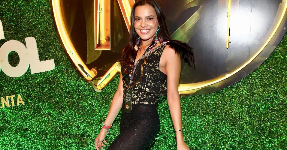 Ex-BBB Mayla Araújo posa no camarote CarnaUOL RJ/N1, localizado no ponto mais privilegiado da Marquês de Sapucaí