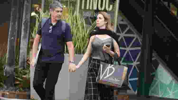 William Bonner faz compras com a namorada, Natasha Dantas, em shopping no Rio - AgNews - AgNews