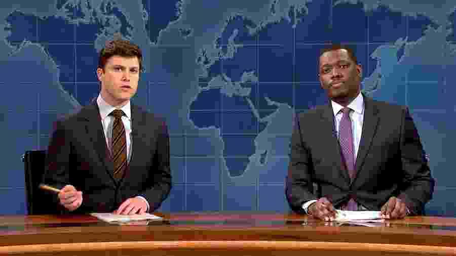 """Colin Jost e Michael Che em cena no """"Saturday Night Live"""" - Reprodução"""
