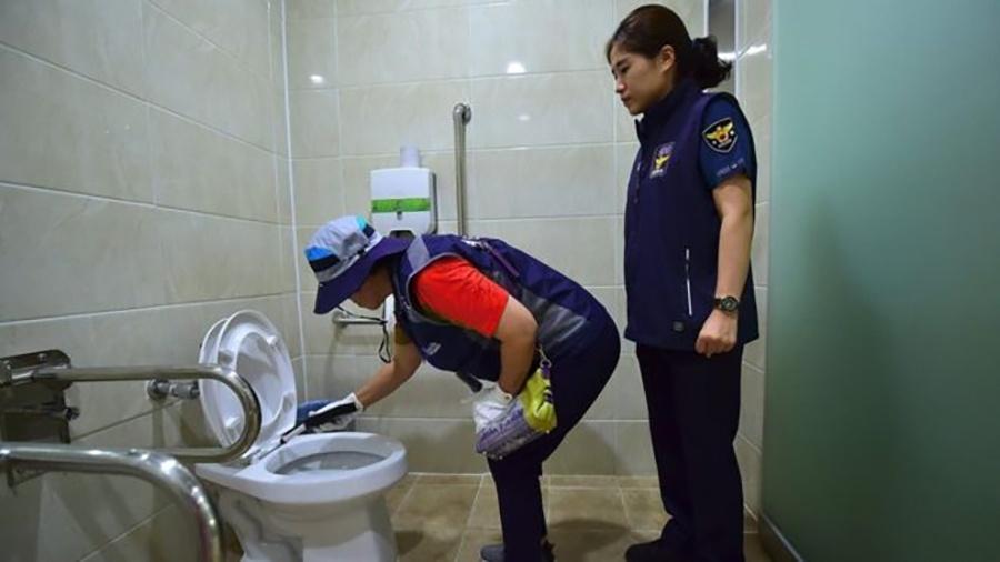 Em Seul, dezenas de funcionários do governo vistoriam banheiros públicos em busca de câmeras escondidas - AFP