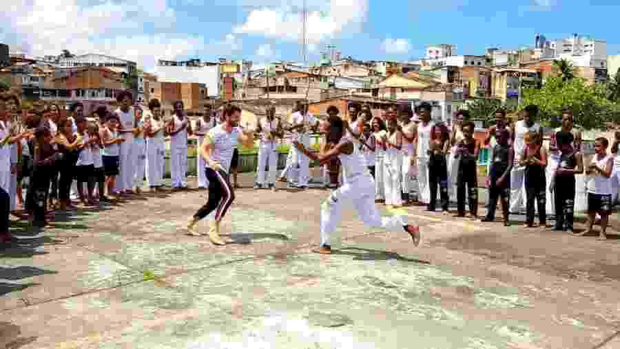Alok dança capoeira com alunos do Projeto Axé, em Salvador - Divulgação