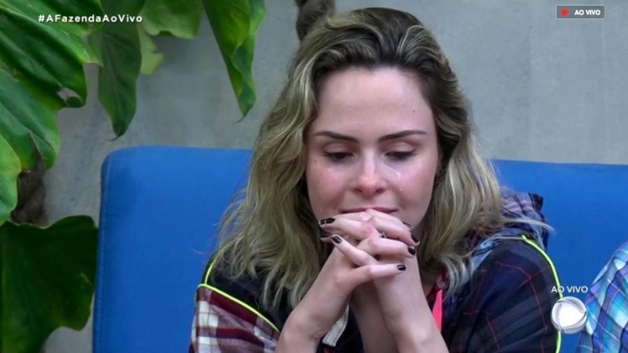 """Ana Paula Renault se emociona durante o programa ao vivo de """"A Fazenda 10"""" - Reprodução/RecordTV"""