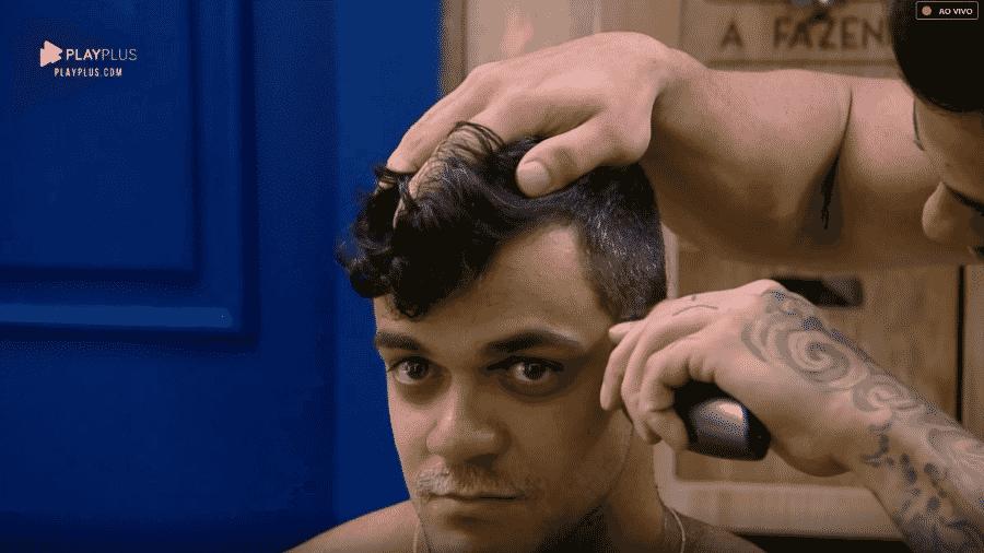 Léo Stronda corta cabelo de Caique Aguiar - Reprodução/Play Plus