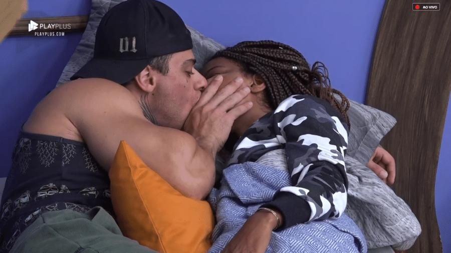 Luane Dias e Léo Stronda se beijam - Reprodução/PlayPlus