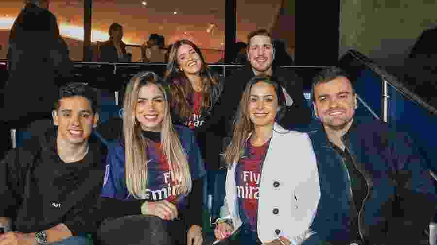 Os parças Leo Vendittoe Gustavo Almeida levaram amigos para assistirem o jogo do Paris Saint-Germain pela Liga dos Campões - Reprodução/Instagram/@danisachetti
