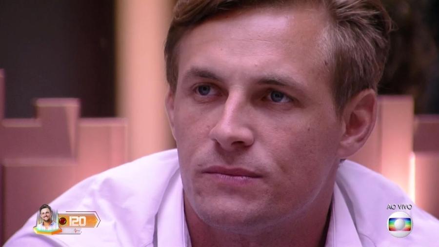 Diego ouve Leifert falar sobre o quarto eliminado do programa - Reprodução/TvGlobo