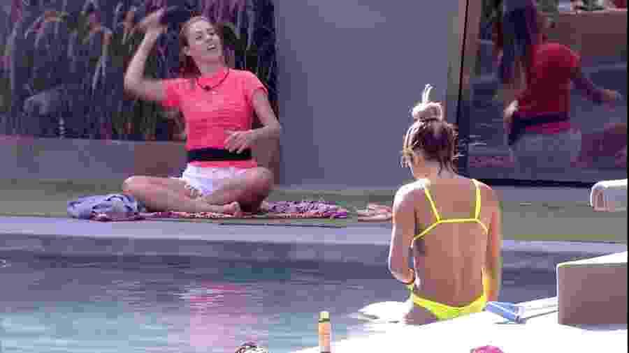 Isabella conversa com Carolina na piscina do confinamento  - Reprodução/GloboPlay