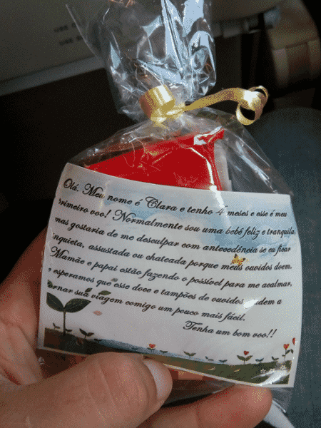 Os doces distribuídos pelos pais de Clara durante seu primeiro voo geraram debate nas redes - Reprodução/Twitter