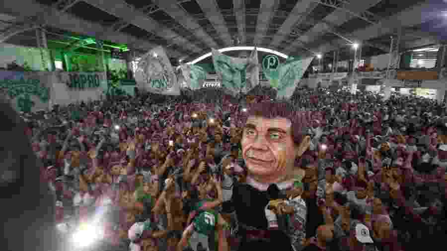 Integrantes da Mancha Verde comemoram primeiro título do Carnaval de SP - Ricardo Matsukawa/UOL