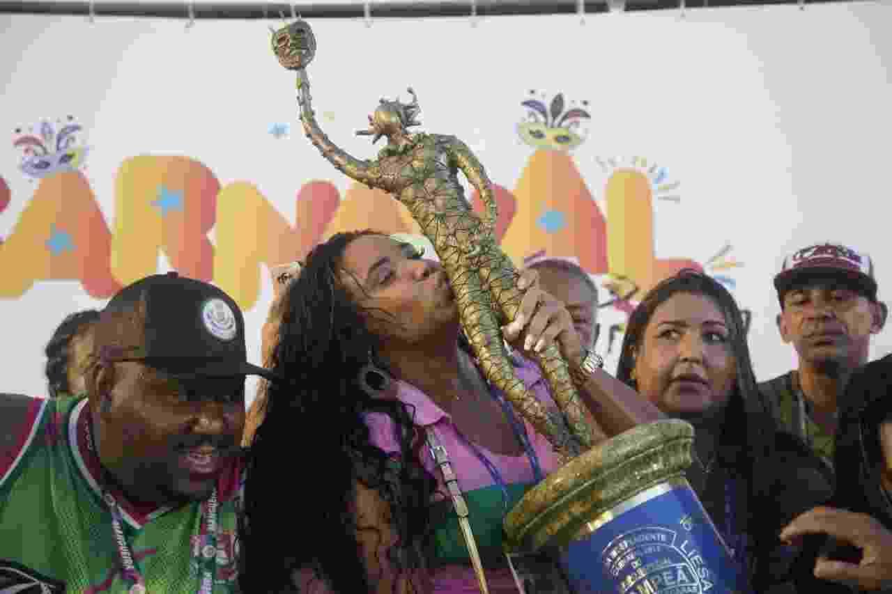 Evelyn Bastos beija o troféu da Mangueira, campeã do Carnaval do Rio 2019 - Ricardo Borges/UOL