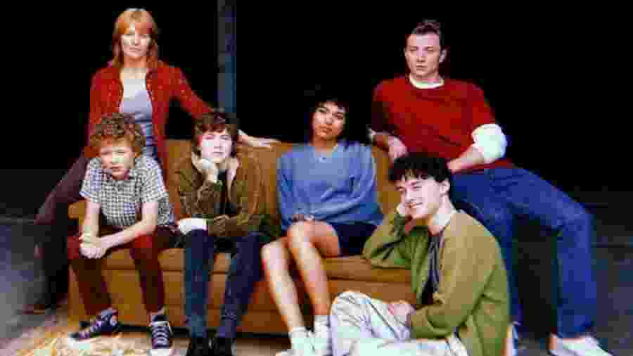 O elenco de I Am Not Okay With This; no centro, de jaqueta marrom, Sophia Lillis como Sydney - Divulgação