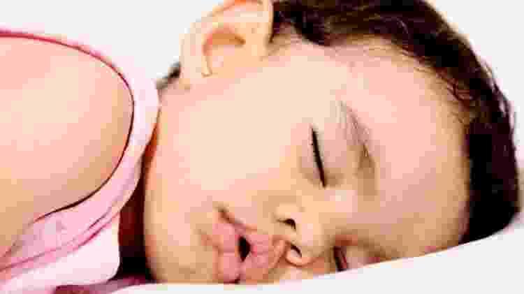 Bebês e crianças pequenas geralmente dormem com a boca aberta porque têm mais chances de ter seus narizes bloqueados - Getty Images