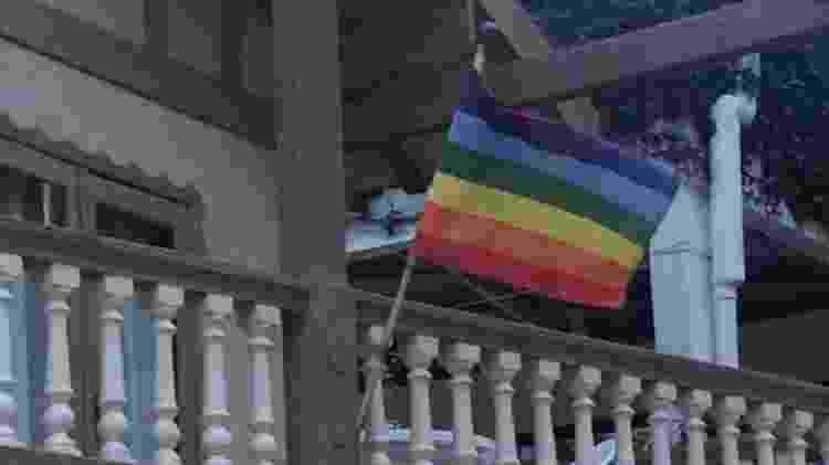A bandeira LGBT hasteada na área da piscina do hotel Cabana Suíca, no Paraná - Arquivo pessoal - Arquivo pessoal