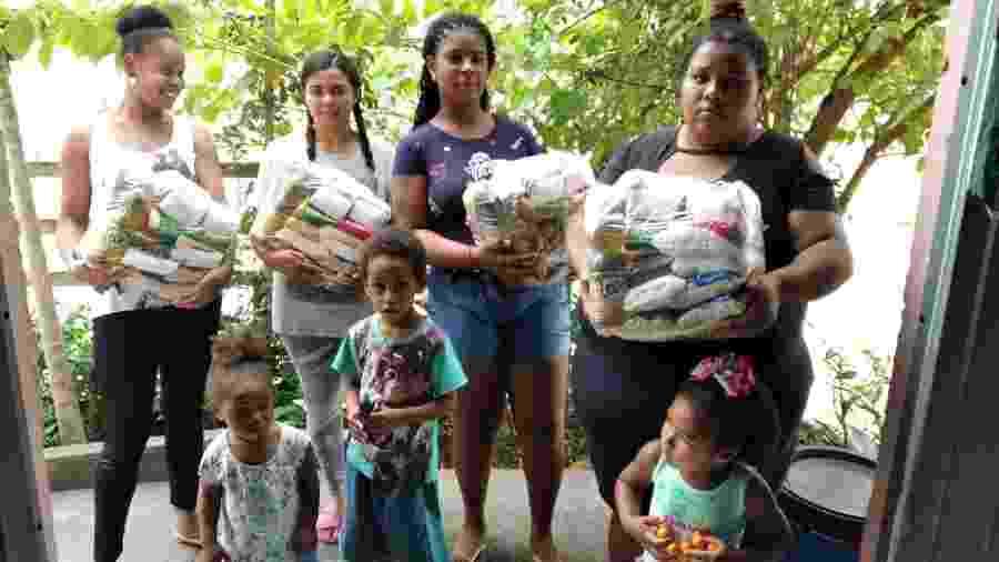 População periférica de pelo menos três bairros de Florianópolis recebe cesta básica de voluntárias - Arquivo Pessoal
