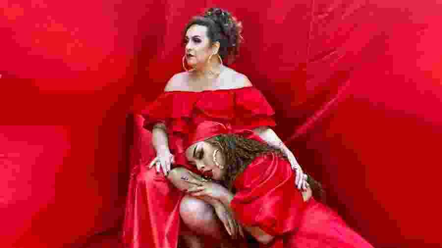 """Gloria Groove e a mãe, Gina Garcia, durante o clipe de """"Incondicional"""" - Divulgação"""