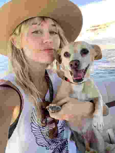 Miley Cyrus ao lado de um dos seus pets - Reprodução/Instagram @mileycyrus