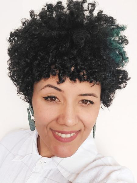 A cabeleireira @alinefiosearte e o seu look crespo que ela mantém desde o big chop, feito há 10 anos - Divulgação