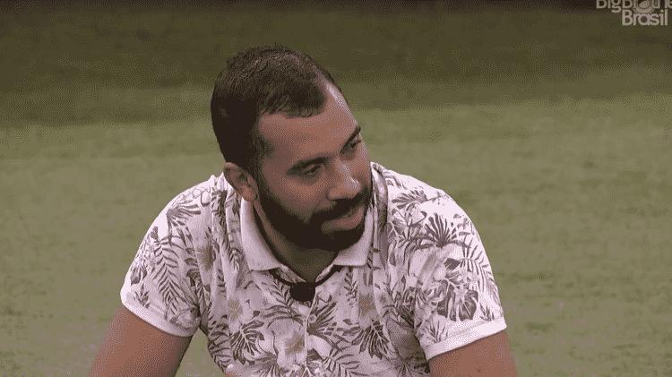 BBB 21: Gil conversa com João no jardim - Reprodução/Globoplay - Reprodução/Globoplay