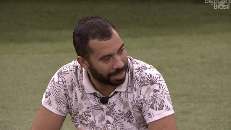 BBB 21: Gil conversa com João no jardim - Reprodução/Globoplay