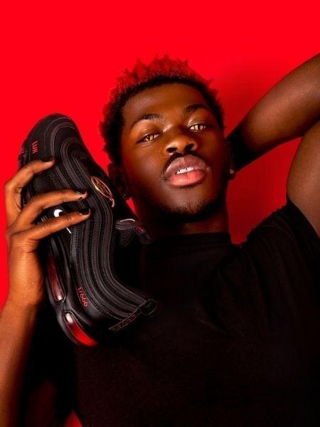 """Reprodução/Twitter - Lil Nas X com o """"tênis de Satã"""" fabricado pela MSCHE"""